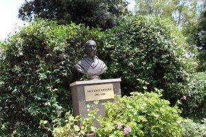 Il busto di Niccolò Cusano all'interno del campus di Via Don Carlo Gnocci